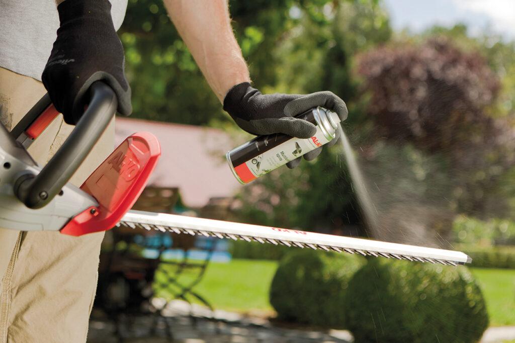Для очищення садового інструменту можна використовувати як спеціальні спреї, так і звичайну машинну оливу.