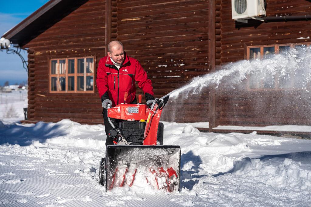 Двоступеневий снігоочисник AL-KO SnowLine 700 підходить для прибирання великих площ.