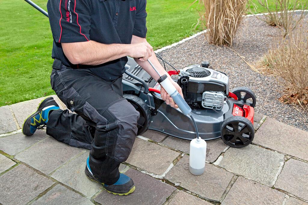 Для заправки бензинових двигунів оливою підійде спеціальний сервіс-комплект AL-KO.