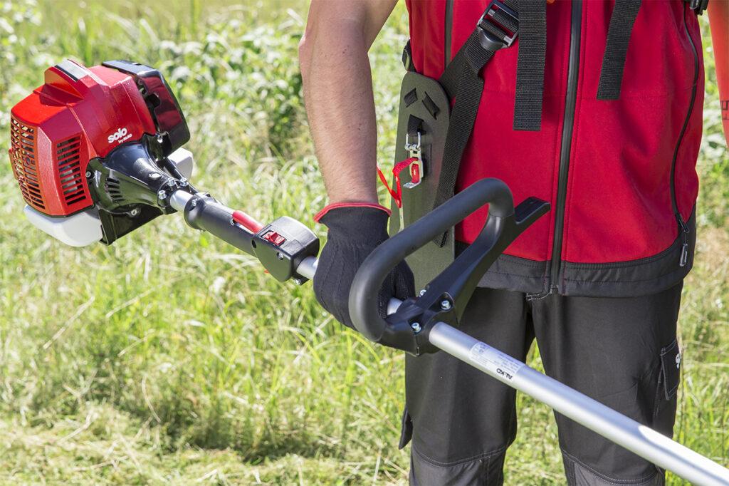 Зручна D-подібна рукоятка і плечовий пояс полегшують тривалу роботу.
