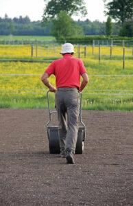 Для ущільнення ґрунту зручно використовувати спеціальний садовий каток.