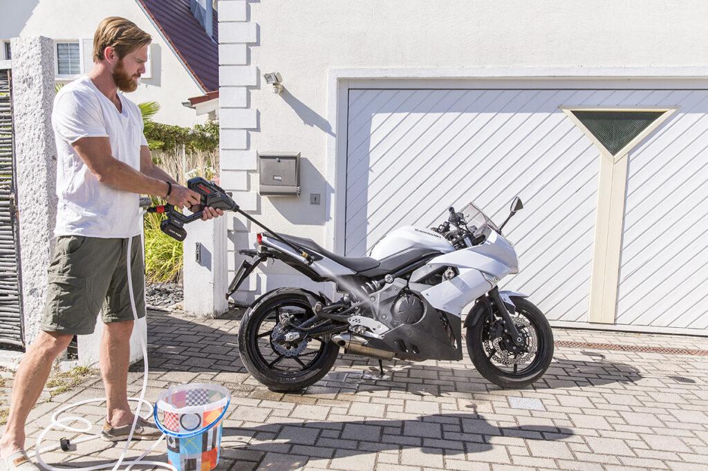 Універсальна мийка стане в пригоді, якщо необхідно вимити мотоцикл або велосипед.