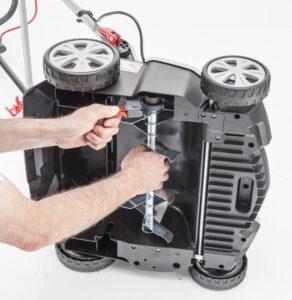 Заміна і установка ножового або пружинного вала аератора-розпушувача проводиться без додаткових інструментів.