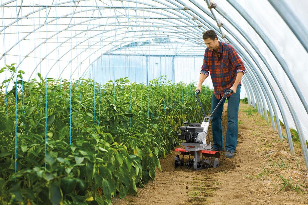 Садовий культиватор підійде не тільки для весняного перекопування ґрунту, але і для догляду за ґрунтом протягом сезону.