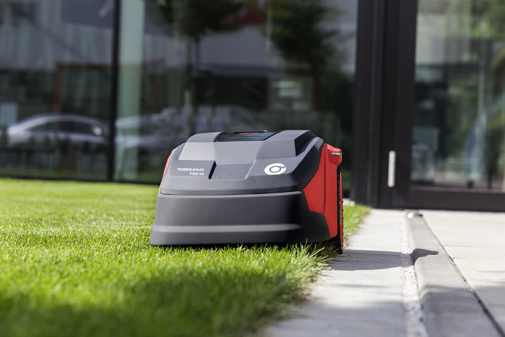 Ограничительный кабель задает периметр движения газонокосилки и позволяет подстригать кромки газона.