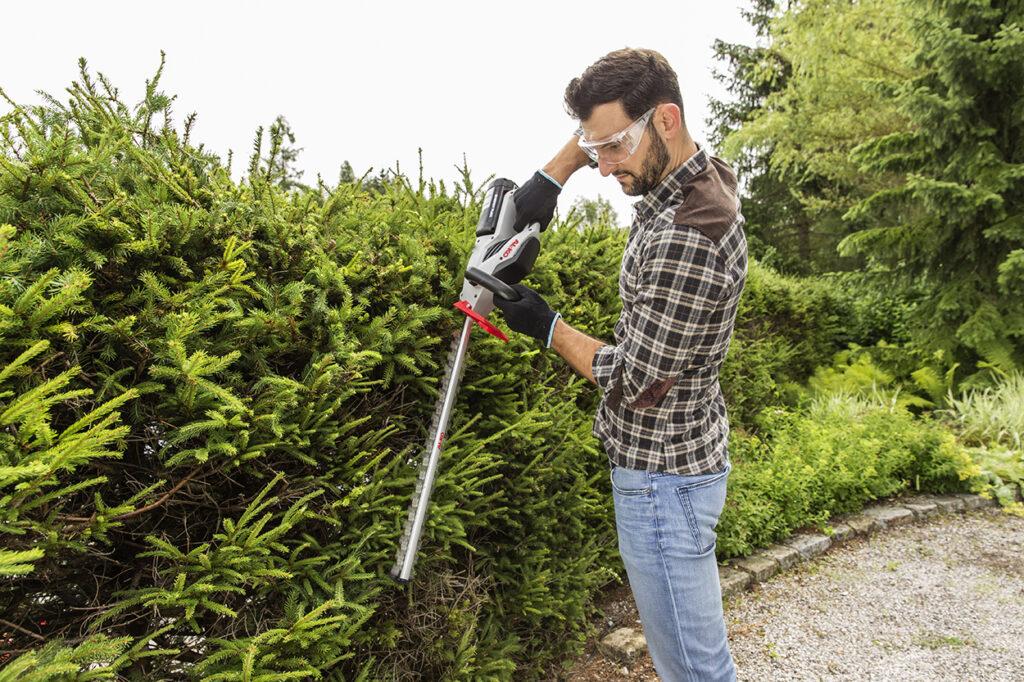 Аккумуляторные садовые ножницы удобны благодаря тихой автономной работе.
