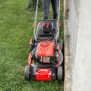 Если профиль газонокосилки выступает за габариты колес, легче будет стричь кромки газона.