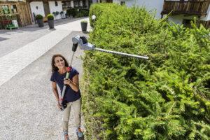 Для стрижки высоких живых изгородей используют инструменты с телескопической рукояткой.