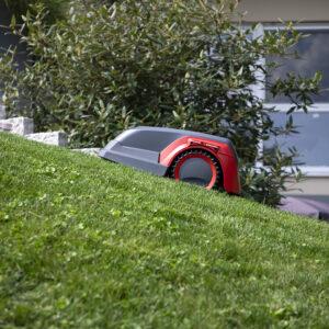 Разные модели устройств могут стричь газон на участке с уклоном не более 30% или 45%.