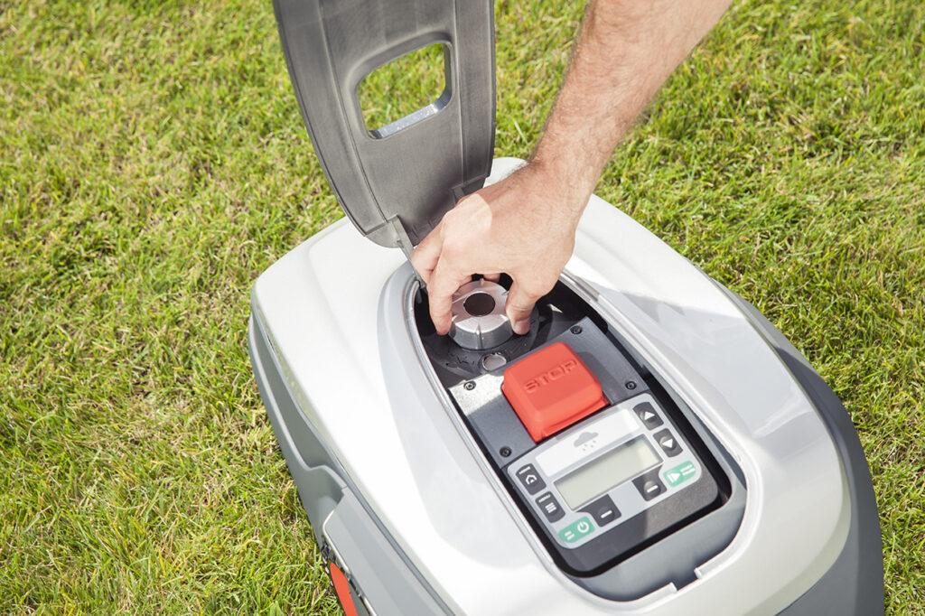Высоту кошения газона можно задать с помощью простого регулятора на панели управления.