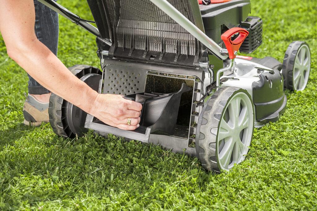 Для активации режима мульчирования устанавливают специальный клин, блокирующий выброс травы.