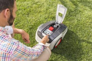 Основные настройки для работы на газоне задают на панели управления роботом.