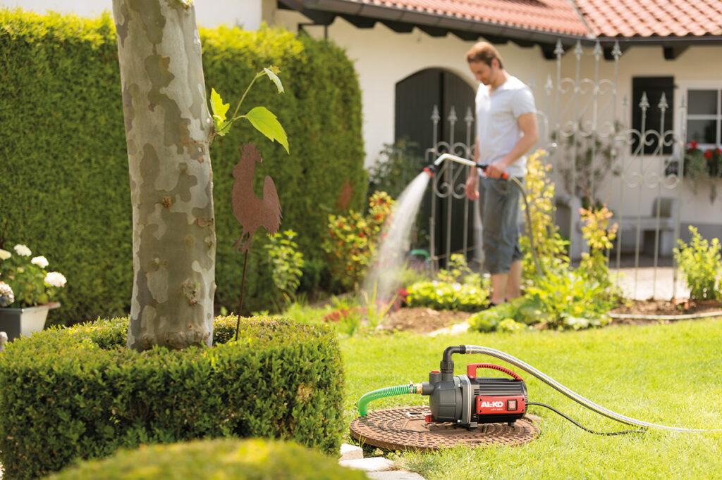 Для орошения сада удобно использовать поверхностный или погружной насос.