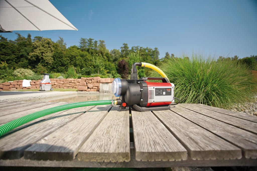 Найбільш зручно для ручного поливу рослин застосовувати переносний садовий насос.
