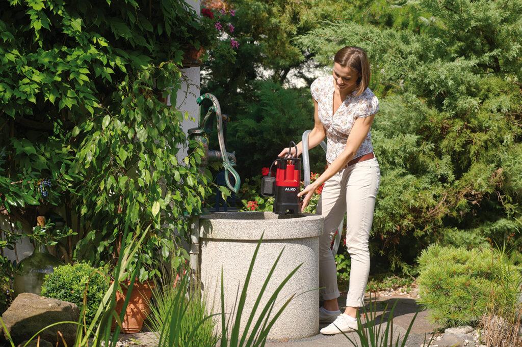 Набирать воду из колодца удобно с помощью погружного насоса.