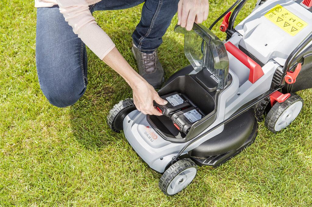 Аккумуляторная газонокосилка AL-KO 34.8 Li работает на двух 20-вольтных батареях Easy Flex.