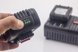 Светодиодные индикаторы дают возможность оценить уровень заряда аккумулятора.