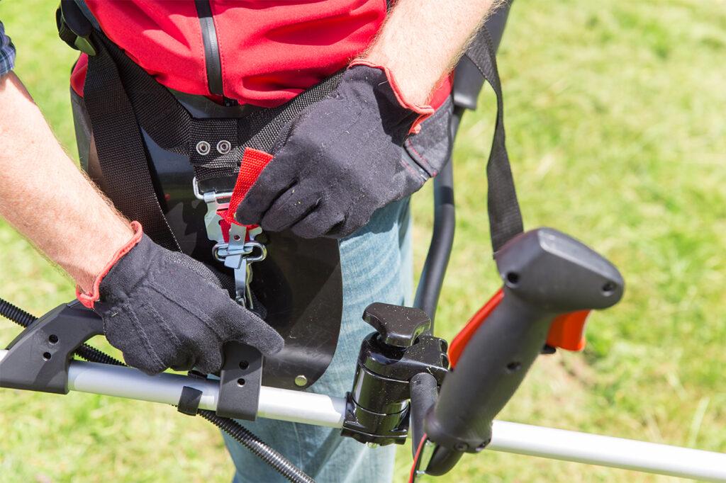 Набедренные накладки с карабинной фиксацией существенно облегчат использование инструмента.