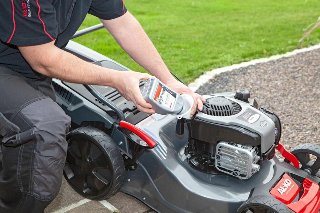 Для обслуговування двигунів колісних газонокосарок краще використовувати сертифіковану чотиритактну моторну оливу.