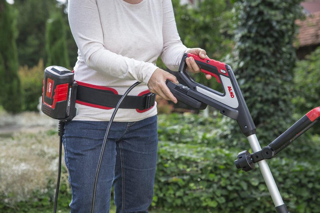 Существенно облегчает работу внешний пояс для аккумуляторов Energy Flex с адаптером для подключения к садовому оборудованию.