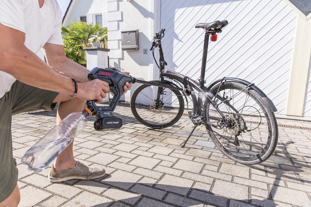 Аккумуляторная мойка высокого давления PW 2040 поможет быстро и просто привести в порядок велосипед.