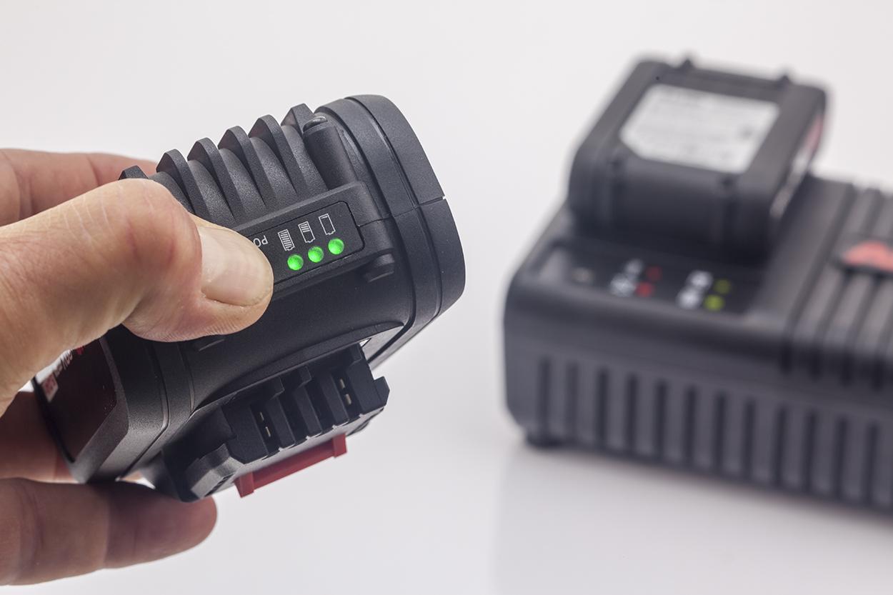 Уровень заряда аккумулятора можно узнать благодаря специальным светодиодным индикаторам.