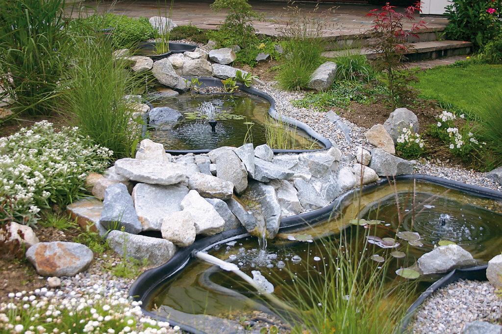 Особенно декоративно выглядит каскад прудов с натуральными камнями и водными растениями.
