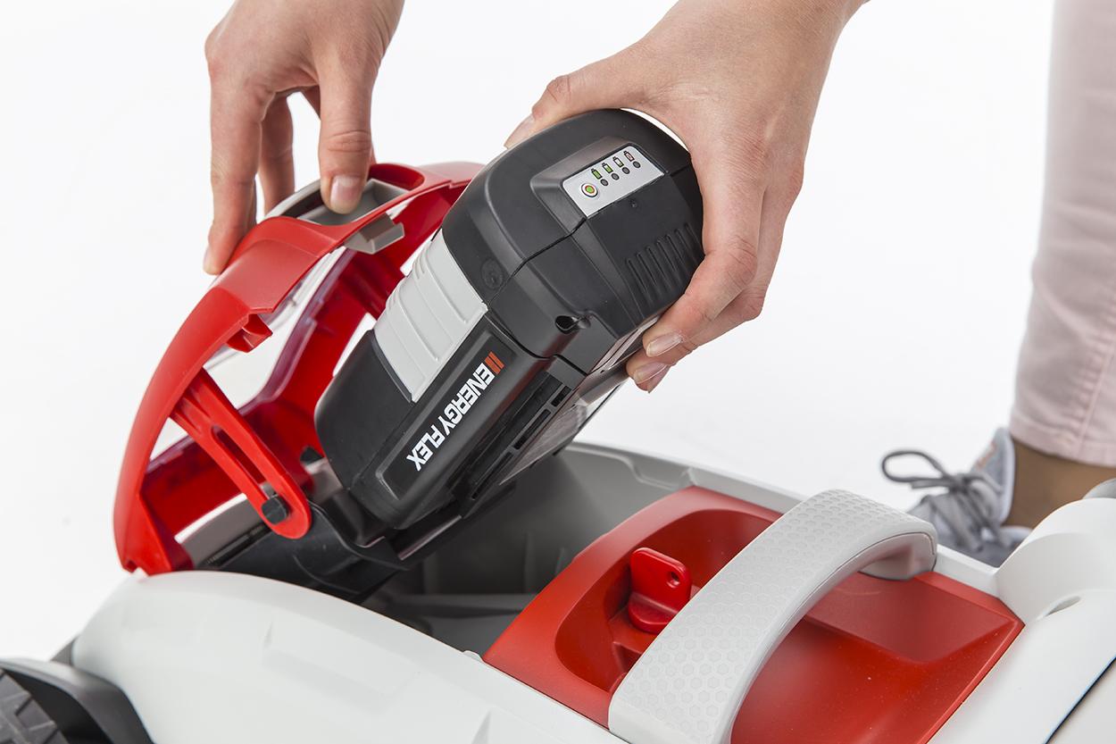 Подключать батарею нужно непосредственно перед началом работы с инструментом.