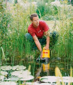 Очистку водоема выполняют с помощью садового насоса, который прокачивает воду через фильтр.