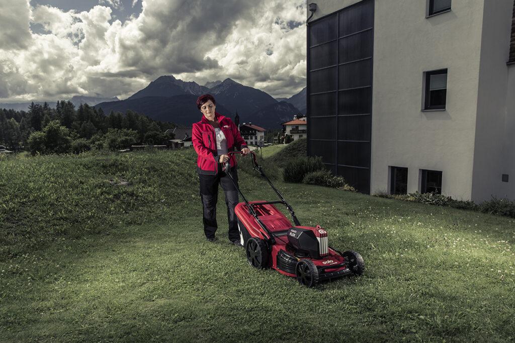 Большие колеса с протекторами дают возможность аккумуляторным газонокосилкам solo by AL-KO не оставлять следов на траве.