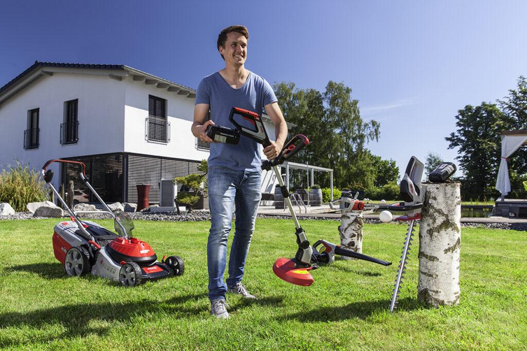 Додаткові пристрої до газонокосарки зазвичай купують без акумулятора. Також можна придбати окремий комплект, що включає садовий пристрій, батарею і зарядний пристрій.