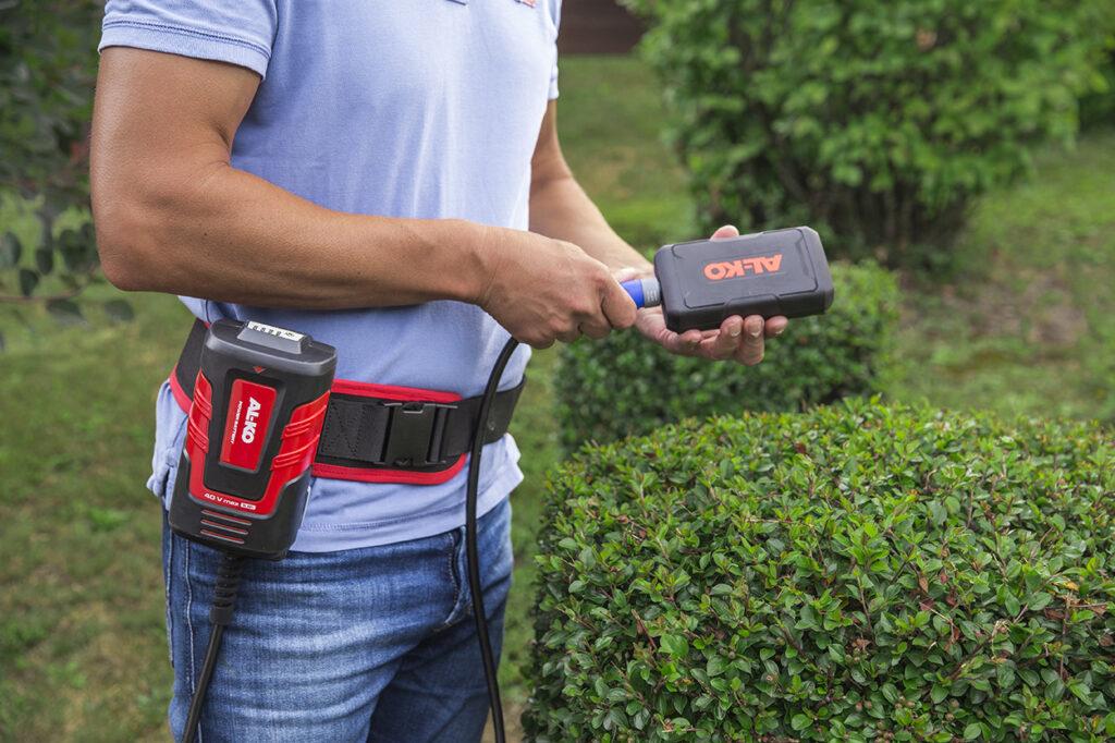 Пояс BBA 40 із сумкою для акумулятора зменшує вагу переносних садових пристроїв на 1,1 кг.