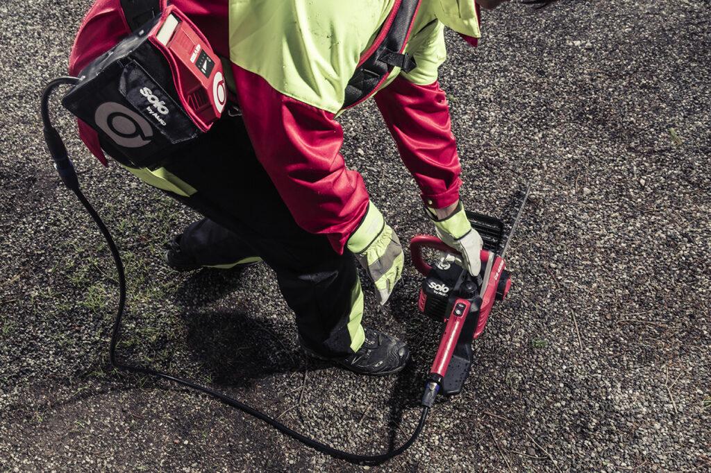Плечевой ремень ВТА 42 с сумкой для аккумулятора существенно облегчает работу с цепной пилой CS 4235.