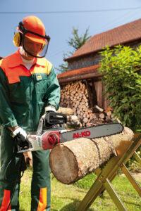 Электрическая цепная пила – превосходный инструмент, который нарезает поленьев на заготовки для более удобной колки дров.