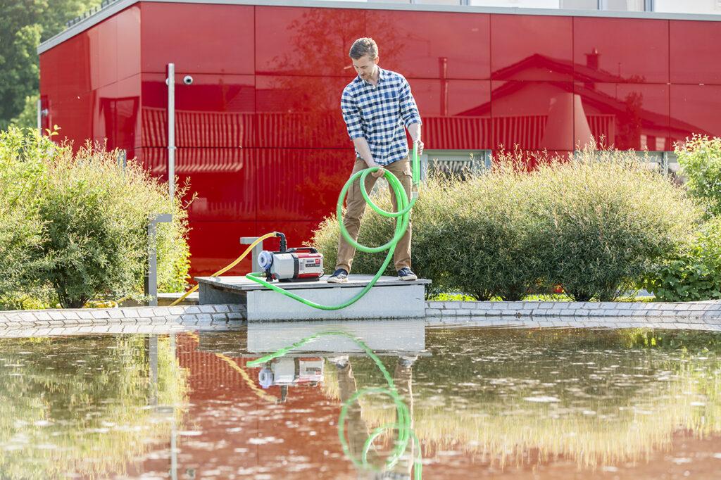 Осенью вода в садовом пруду может сильно загрязняться опавшими листьями и другим органическим мусором.
