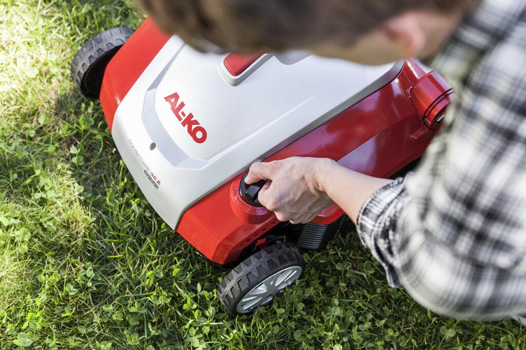 Глубина аэрации в зависимости от состояния лужайки может достигать от 5 до 25 мм.